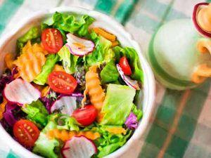 Bol-con-ensalada-variada-y-aceitera