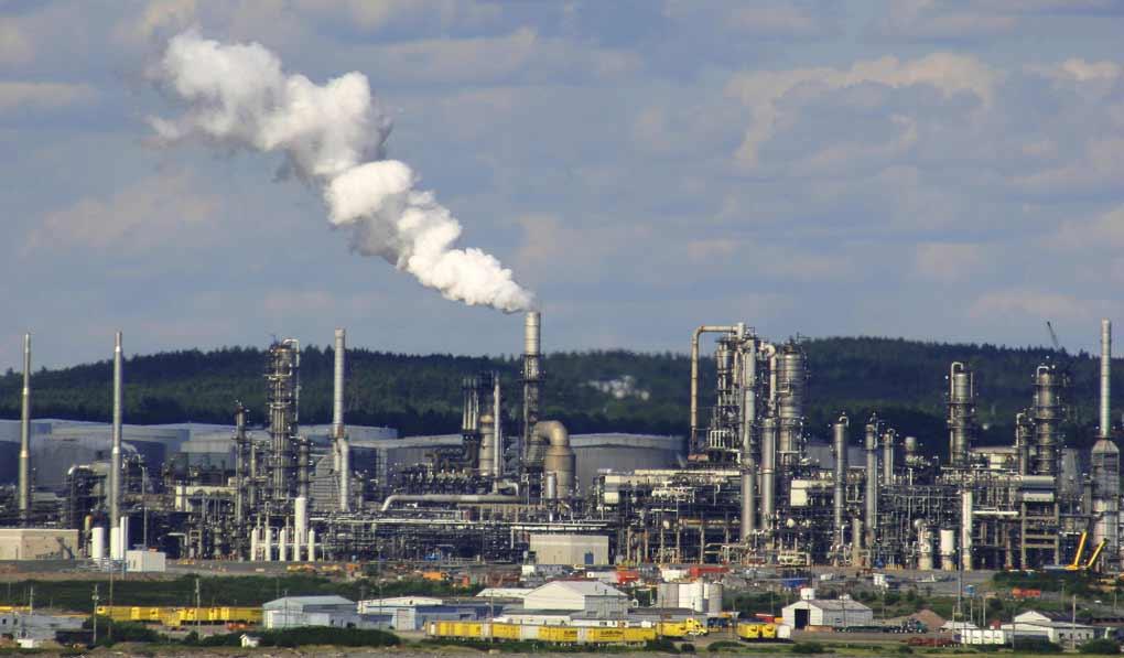 Los gobiernos financian la destrucción del clima. Refinería de petróleo